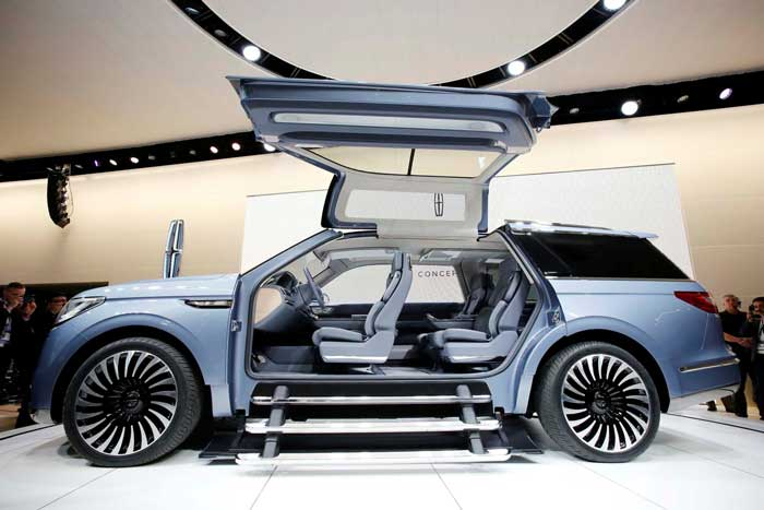 2017 Lincoln Navigator Concept Gets Uncovered